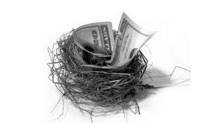 Lidé nemají kde spořit, v některých bankách za uložené peníze platí