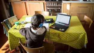 Děti se musí učit doma a ne každá domácnost má víc počítačů, rodiče je tedy často potřebovali dokoupit.