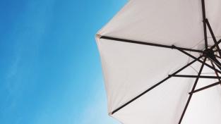 Jak vybrat nejlepší slunečník na zahradu, terasu nebo balkon?
