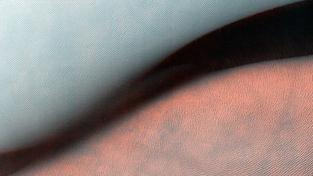 Písečné duny v marsovském kaňonu Juventae Chasma