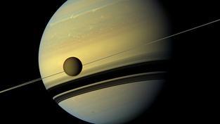 Měsíc Titan pózuje před svou mateřskou planetou, Saturnem
