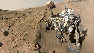 Selfie z Marsu, složená z fotografií kamery na jednom z ramen sondy