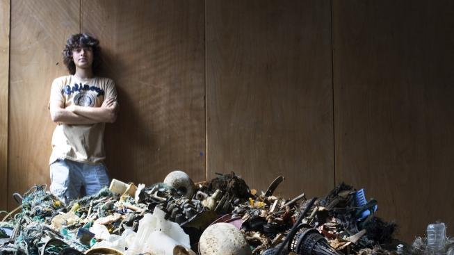 Boyan Slat před haldou plastu, vytaženého při pobřeží Havaje