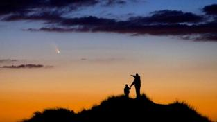 Otec se synem pozorují kometu