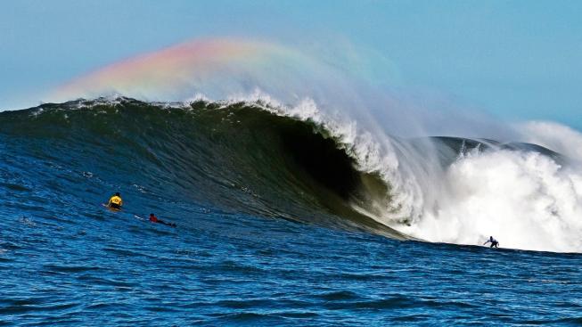 Duha nad vlnou v proslulé surfařské oblasti Mavericks