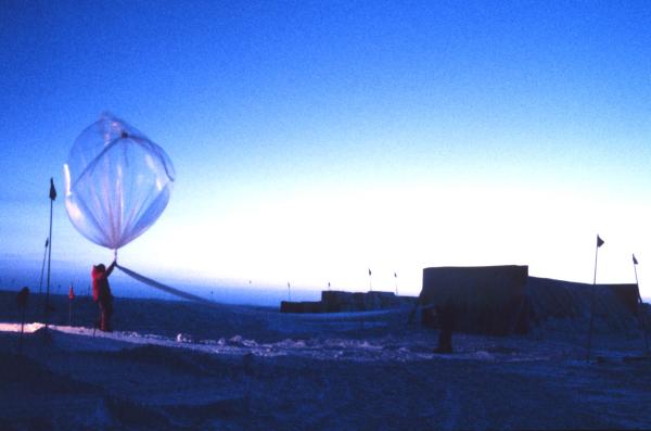 Vypouštění vědeckého balonu v Antarktidě