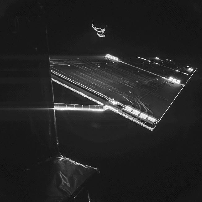 Sonda s kometou v horní části snímku