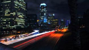Filmař umně kombinuje panoramata se záběry z nitra noční metropole