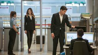 Na mezinárodních letištích bývají přísné kontroly všechno, jenom ne důvod k úsměvu