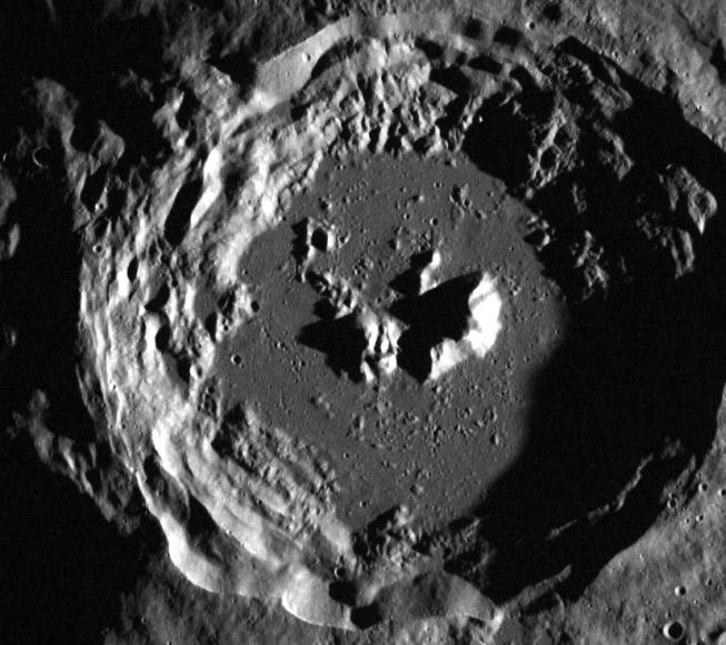 Jeden z nepojmenovaných kráterů