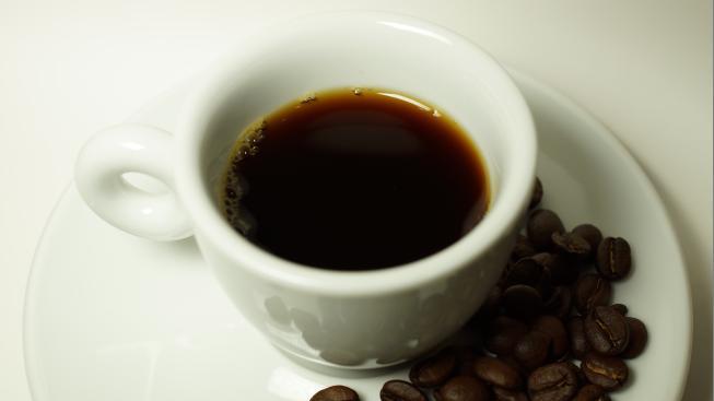 Preferujete kávu s mlékem, nebo raději černou jako hladina jezera za půlnoci bez měsíce?