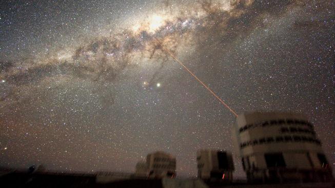 Observatoř Paranal svítí naváděcím laserem do středu Mléčné dráhy