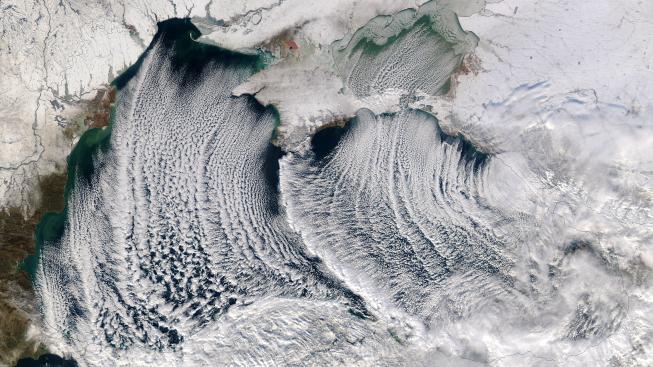 Vzdušné proudy si s mraky pohrávají jako umělci s barvou