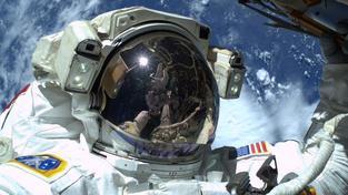 Barry Wilmore pořídil selfie ve volném kosmu. V odraze je vidět Terry Virts