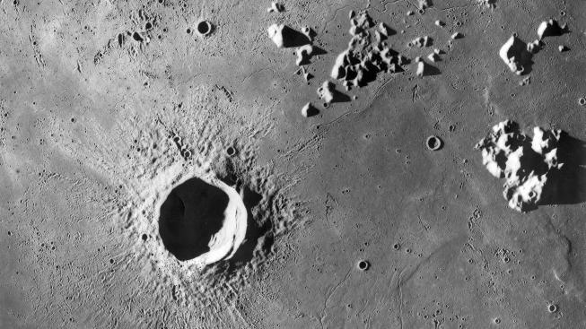 Měsíční krajina je poseta stopami dramatického vývoje našeho vesmírného souputníka