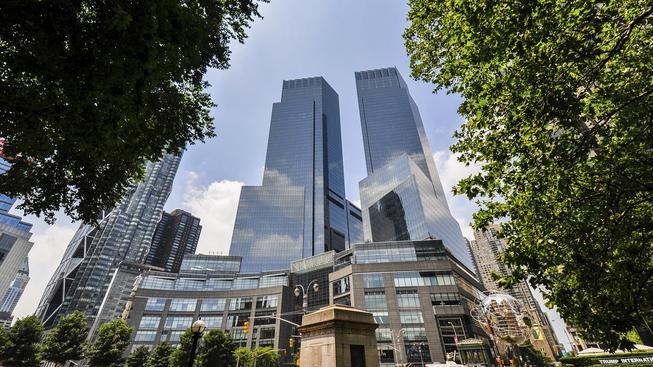 Srážka s fasádou budovy Time Warner Center osazenou zrcadlovými skly je každoročně fatální pro statisíce ptáků