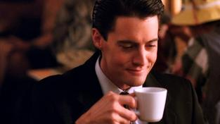 Agent Dale Cooper si potrpěl na kávu černou jako půlnoc za bezměsíčné noci