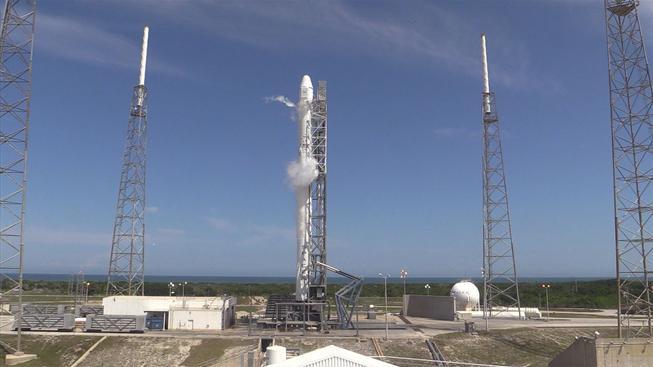 Nosná raketa Falcon 9 krátce před startem