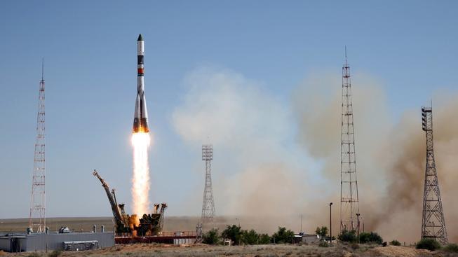 Vesmírné nákladní lodi Progress se podařilo připojit k Mezinárodní vesmírné stanici a dovézt tak kosmonautům zásoby