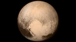 Pluto, jak ho viděla kamera LORRI den před průletem sondy