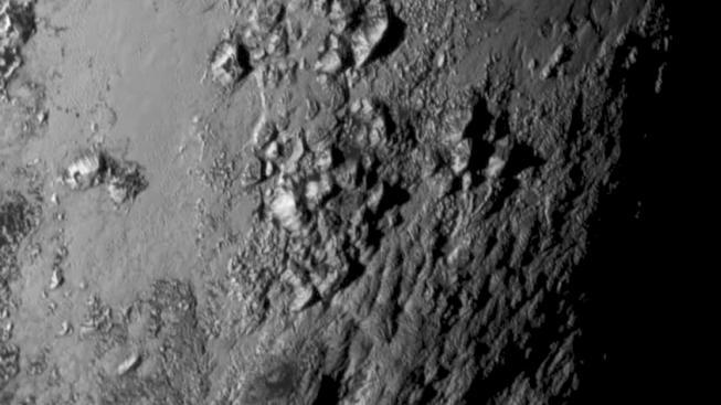 Pohoří na Plutu dosahují několikakilometrové výšky