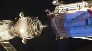 Loď Sojuz krátce před připojením k ISS