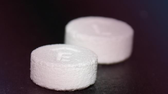 Nový lék Spritam vznikl vytištěním na 3D tiskárně. Vlastnosti má shodné s běžnými tabletami, jen se do jedné pilulky vejde víc účinné látky