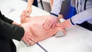 Na umělých prsou se mladí lidé naučí technice samovyšetření