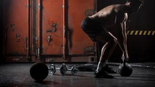 Představa 'tupé hory svalů' je přežitek, posilováním se cvičí i mozek, jak ukazují nejnovější poznatky