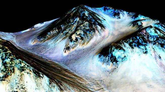 Pozůstatky tekoucí vody na Marsu na záběru NASA