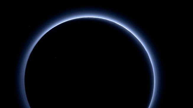 Pluto má modře zbarvené nebe