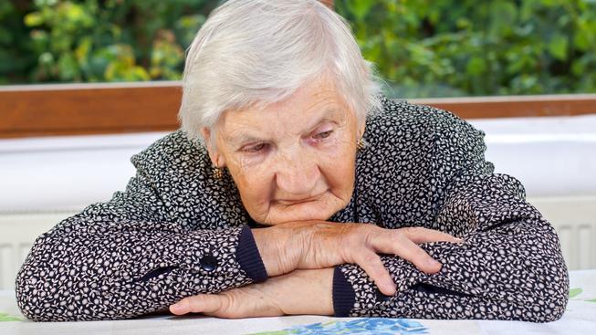 Alzheimerova choroba postihuje třetinu lidí nad 80 let, mezi první příznaky patří zhoršování krátkodobé paměti (ilustrační snímek)