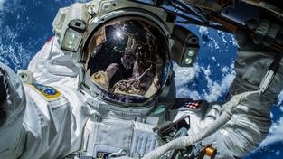 """Americký astronaut Barry Wilmore na """"procházce"""" v otevřeném kosmu"""