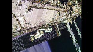 Dvojice amerických astronautů během druhého výstupu