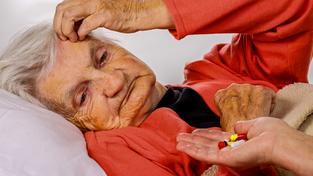 Signálem blížící se demence je změna smyslu pro humor, lidé se smějí v nevhodnou chvíli (ilustrační snímek)