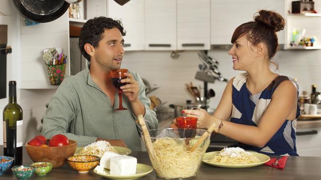 Muži se snaží na ženu zapůsobit i tím, že sní vše, co jim nandá na talíř bez ohledu na velikost porce (ilustrační snímek)