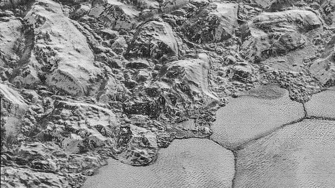 Hornatý povrch trpasličí planety Pluto