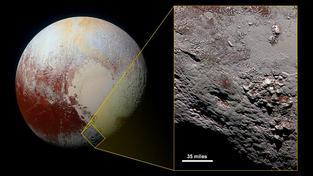 Ikonický záběr Pluta se Sputnik Planum v popředí. Výřez ukazuje okolí Wright Mons, pravděpodobného obřího kryovulkánu