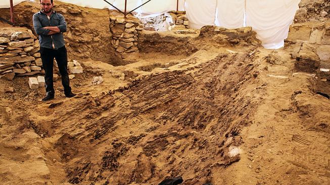 Část člunu během archeologických a restaurátorských prací