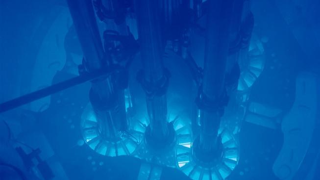 Reaktor v laboratoři v americkém Idahu v akci. Charakteristicky modré Čerenkovovo záření