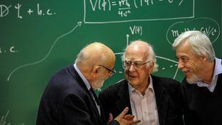 Belgický fyzik Francois Englert (vlevo), britský teoretický fyzik Peter Higgs (uprostřed) - oba nositelé Nobelovy ceny - a německý jaderný fyzik Rolf Heuer, ředitel CERNu