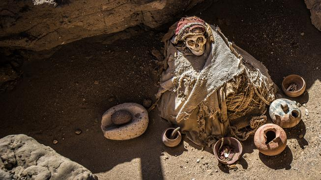 Prehispánské mumie na hřbitově Chauchilla na peruánské planině Nazca