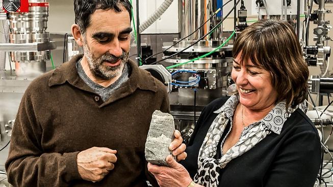 Australští výzkumníci Allen Nutman a Vickie Bennettová drží 3,7 miliardy let staré  pozůstatky živých organismů z Grónska