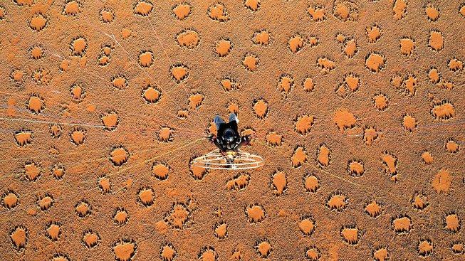 Paraglidista nad vílími kruhy