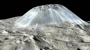 Počítačem vygenerovaný ukloněný pohled na svahy hory Ahuna Mons. Na snímku jsou dobře patrné malé brázdy na úbočí hory naznačující existenci svahových procesů