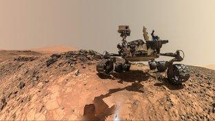 Vozítko Curiosity je velice šikovné. Umí samo odhadnout, co stojí za průzkum