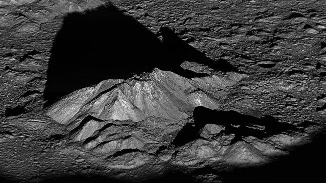 Pod povrchem Měsíce se údajně nacházejí obří zásoby ledu, jsou ukryté v horninách