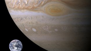 Venuše a Jupiter (na snímku ve velikostním porovnání se Zemí) ovlivňují klima na Zemi. Ilustrační snímek