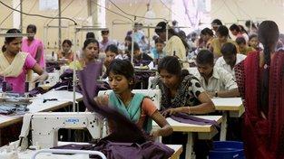 Výzkum vychází ze situace v továrnách výrobu oblečení, kde standardně panují extrémní pracovní podmínky a chybí klimatizace. Ilustrační snímek