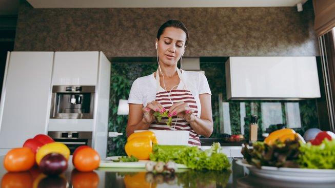 Při poslouchání uklidňující hudby lépe funguje sebeovládání v jídle. Ilustrační snímek